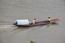 到老挝游湄公河,坐着当地船家的小船,游览传说中的湄公河,别有一番滋味。湄公河旁的水上市场商品也是琳琅