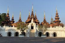 清迈达拉德威酒店,相比清迈四季的田园野奢风格,多了一份泰式的贵族气质。从入口的中轴仪式性广场,可以看