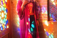 伊朗粉红清真寺。以彩色玻璃而闻名,星期五是伊朗的休息日,人们纷纷前来拍照留念。