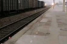 合(肥)九(江)线太湖站客/货运列车交汇。