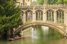 著名的叹息桥,夹在两个建筑中间,一个很短的桥梁,但是在牛津可是很出名的哦