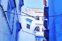 走入舍夫沙万,仿佛走入一个蓝色的梦境。1471年,西班牙驱逐南部安达鲁西亚的摩尔人,摩尔人越过直布罗