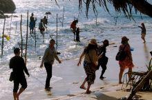 钓鱼人都知道,海钓要么出海船钓,要么岸钓。唯独斯里兰卡这有一种特殊方式钓鱼——高跷钓魚。 斯里兰卡南