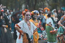 墨西哥亡灵节一场关于死亡的狂欢  亡灵节是墨西哥人用来纪念死亡的盛大狂欢,他们盼望逝去的亲人能在这一
