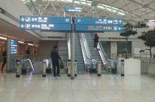 韩国机场干净整洁,旅客井然有序,服务业人性化