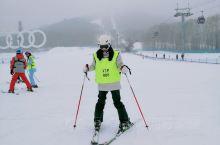 长白山滑雪攻略 出发前也是到处看攻略其实不需要太复杂 大家记住几个要点就可以了 滑雪的所有装备那边都