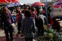 威海的一种小集市上,什么都有卖的,早饭后开车去赶集,又买了些贝类,加上清早买的梭子蟹,中午一顿海鲜大