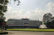 统一宫,是胡志明市市中心的一座规模较大的建筑,距离中央邮局和圣母堂都不远,附近有一个大的开放式公园,