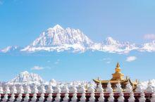"""四川塔公是""""菩萨喜欢的地方""""。僧人随着转经声与诵经声,诉说藏传佛教的悠长。寺庙与雪山在蓝天下构成一幅"""