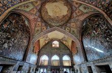 四十柱宫 位于伊朗的伊斯法汗,一座座落于花园中央、狭长水池尽头的宫殿,宫殿前的柱子是二十柱,另外二十