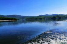 黑龙江省镜泊湖是我国第一大高山堰塞湖。游客可坐船游览湖中秀美的风光。观吊水楼瀑布险峻的奇观。每天上下