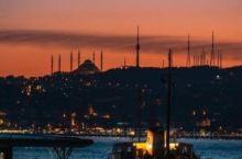 博斯普鲁斯海峡又称伊斯坦布尔海峡,是沟通黑海和马尔马拉海的一条狭窄水道,与达达尼尔海峡和马尔马拉海一