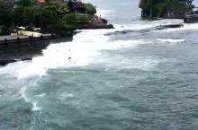 海神庙是巴厘岛最重要的海边庙宇之一,始建于16世纪,祭祀海神。该庙坐落在海边一块巨大的岩石上,每逢潮