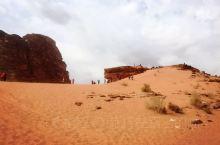 这是我第二次坐吉普车挺进沙漠,第一次是在埃及,这次是在约旦。 这次的好处是人少,只有我们一个团队的人