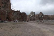 以纳木错作为背景,迎宾石显得似乎有点渺小了。迎宾石也叫夫妻石,位于扎西半岛上,被当地人称为是纳木措湖