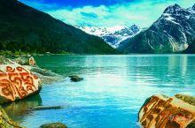 """翻越海拔6000多米的雀儿山后,路旁便有一个让人心醉的湖""""玉隆拉措"""",雪山高耸,云杉、柏树和草甸环绕"""