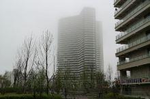 东戴河,昨天大雾,没见到日出。今天早上多云,晨起拍摄时却发现日出部位却披一座小楼房挡住了,只能凑合拍