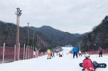 一大清早坐地铁去市区再转大巴去另一个城市,春川。虽然滑雪场的雪是半人工的,滑雪用品是借的,但滑雪技术