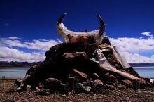 西藏的神湖,纳木错是著名的朝圣地,历史上湖周庙宇林立,香火很盛。每年都有来自青海、甘肃、四川、云南及