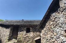 古老神秘的丽水岩下石头村,山岩水缭石作城,原始粗犷出自然。石头村依山傍水,呈点状散列,整个村庄被葱郁