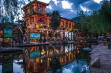 丽江的束河古镇,悠闲、慢节奏,找一家美美的店随便点点东西就可以一直坐着发呆。闲看人来人往、花开花落,