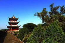这里图片上展示的呢,是我们赣州八境台,郁孤台古台那边的景色,可以说呢,是我们西津门这边一个非常有地标