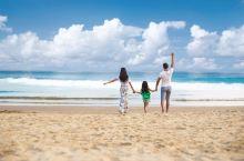 一家人去海边走走,踩着沙滩心情美美哒!