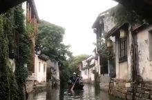 在烟雨江南中坐着小舟,漫游在平江路上