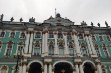 冬宫博物馆 世界四大博物馆之一。辉煌气派,保留了很多历史的痕迹,收藏了丰富的藏品,有达芬奇的真迹等等