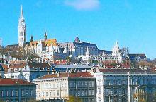 借着布达佩斯的美丽,让我们成为自己童话故事的主人。各种颜色夺目的房顶映衬着蓝蓝的天,站在多瑙河畔,你