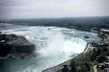 尼亚加拉大瀑布位于加拿大安大略省和美国纽约州的交界处,瀑布源头为尼亚加拉河,主瀑布位于加拿大境内,是