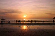 旺季真的来啦! 平常清净的卡塔海滩 也开始热闹起来了~ 雨季过去了 逐浪的冲浪爱好者少了 过来晒日光