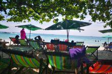 沙美岛,天很蓝,水很清,沙子很柔软,安全绳区域内的水深约2.5米左右。游客并不多,很适合亲子近水。岛
