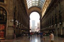 从歌剧院出来又到了米兰的商业中心埃马努埃莱二世长廊。说它是长廊商业街更为妥帖,长长的商业街上名品店一
