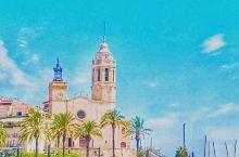 Sitges 每天都是狂欢节 每隔几个月我都要去的海滨小城!从巴塞罗那出发只需要不到40分钟左右。除