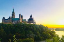Parliament Hill | 国会山的地势绝佳,守望着宽阔的渥太华河。国会大厦前的百年火焰,水