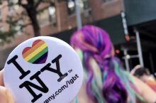 【彩虹色画面!纽约骄傲庆典】每年6月最后一个周六,纽约城都会举行盛大的同志庆典,而这也成了全城的狂欢