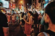 在范五老街,尽享全民狂欢的夜 范五老街的夜是胡志明最喧闹和繁华的。这里聚集着世界各地的背包客,以及胡