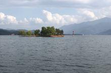 高州水库的风景如画,坐船走了一个多小时也就转了一个角,天公做美给了点阳光明媚,加上白云的衬托很是陶醉