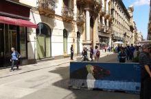 巴勒莫四拐角广场实属两大街道交汇之地。游客们叫这里是四角场景点。四角场其引人入胜之处在于四拐角之弧形