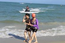 马六甲海峡沙滩细软洁净、海水湛蓝、风平浪静。