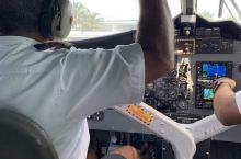 乘坐水上飞机进入马尔代夫,近距离鸟瞰南印度洋美丽迷人的岛礁。 蓝色大海中一座座色彩鲜艳的小岛美的让人