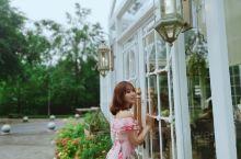 重庆盛夏的一枚花房菇凉~ 逛公园就看到的一个花房 说实话这个公园蛮远的,正好朋友开车就过来了,以为就