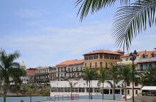巴拿马城濒临巴拿马湾,巴拿马运河从城市边缘缓缓流过,是一座临海靠山、风景如画的海口城市