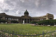 不可错过的喀山大教堂。坐落于涅瓦大街的大教堂 建筑风格具有典型的18、19世纪帝国建筑特征,非常气派