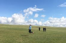 美丽的草原我们的家,当我奔跑在草原上的时候我就是一只快乐的小鸟,当我在草原放声歌唱的时候我就是快乐的
