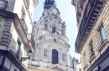 哥特式风格的教堂——圣十字教堂 圣十字教堂简介: 圣十字教堂位于南特的老城区,隐藏于大街小巷中间,建