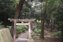 其被禁言神社在冈山到大社的路上坐电车两三站就到从电车站下来走个十几分钟即可到,很清幽,在日本很有名