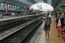 到波尔多火车站搭火车,高铁晚点了两小时,但是月台上却没有焦急的乘客,这份淡定是我们必须学习的