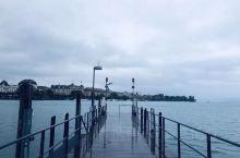 初见瑞士—苏黎世,有天鹅伴舞的苏黎世湖,苏黎世湖一段的尽头深入市中心,好羡慕这悠闲的生活。湖中每隔5